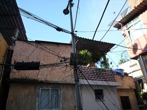 ファベーラの電線